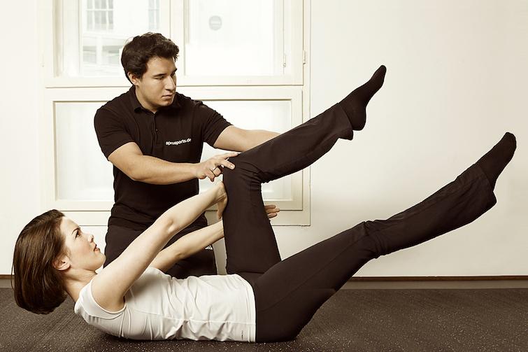 Mann und Frau bei der Physiotherapie